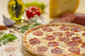 pizza margherita napoletana cu mozzarella di bufala