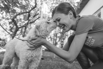 Empatie, energie, entuziasm și o tânără care a reușit combinația perfectă între muncă și pasiunea pentru animale și spijinirea copiilor cu deficiențe
