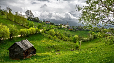 Turismul românesc a rămas cu WC-ul în curte în online