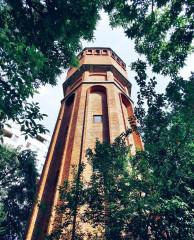 Turnul de apă cu aspect medieval din Drumul Taberei